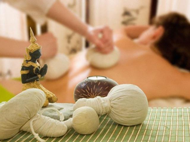 Тайский массаж травяными мешочками.